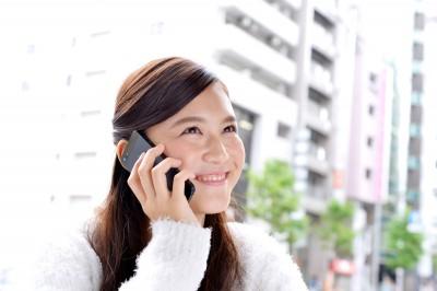 電話をかける若い女性