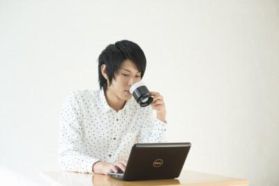 コーヒーを飲む若い男性