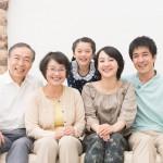 三世代家族で笑っている