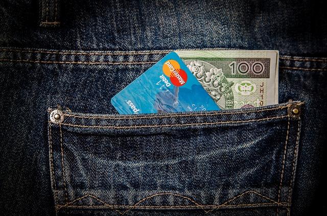 ズボンのポケットに入れたクレジットカード